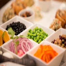 豆と野菜が中心のサラダバー