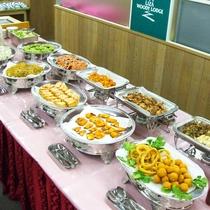 *日替り夕食バイキングの内容一例(イメージ)です。大人からお子様までボリューム満点のお食事です。