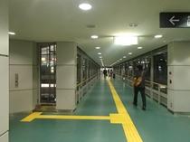 空港アクセス鉄道から空港ロビーへの道