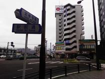 仙台駅前通りと定禅寺通りの角地に当ホテルがあります♪