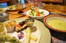 地元の旬の食材で おもてなし、ディナーコースは、ドラマチック
