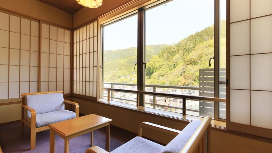 【山側 和室12畳】山の風景と街並みを望む