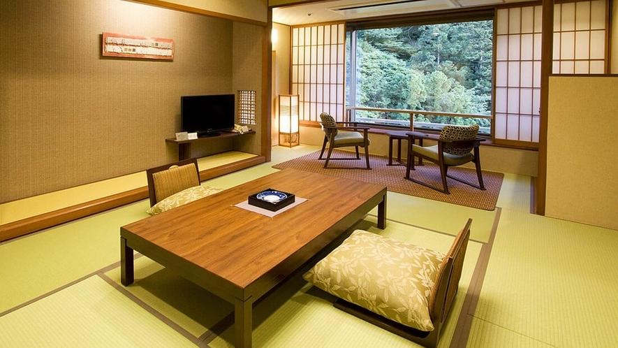 【山側 和室10畳】四季を感じる山の彩りが美しい山側のお部屋