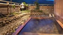 【ロイヤルスイート】露天風呂鮮やかな自然に抱かれているような癒しをくれる掛け流しの露天風呂