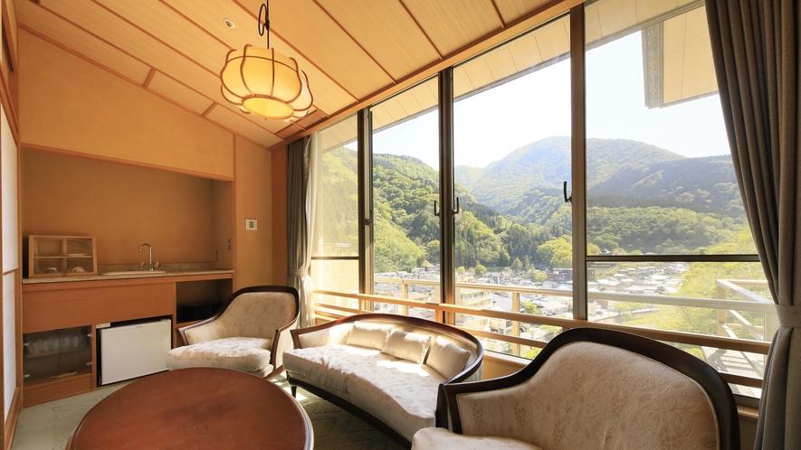 【ロイヤルスイート】窓一面に広がる風景とともに特別なひとときをお過ごしください。
