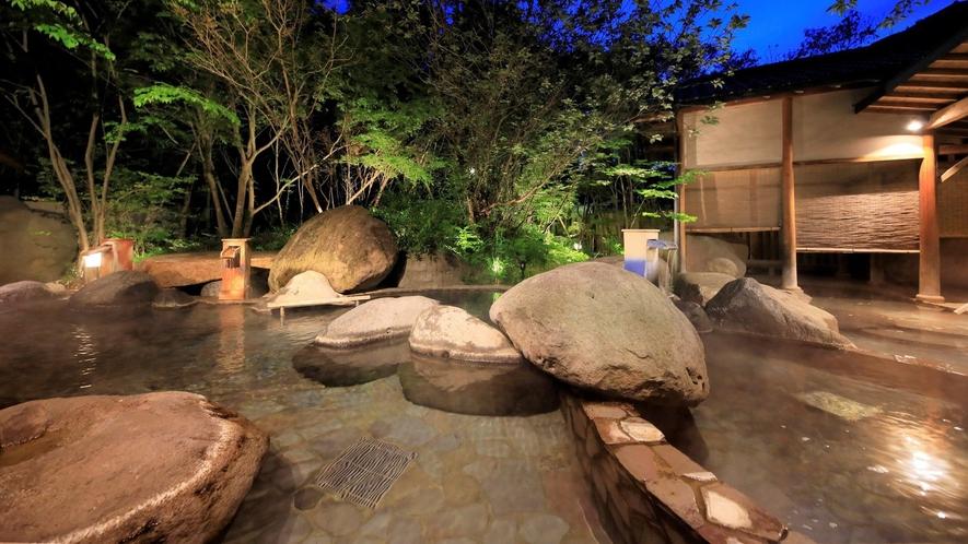 【1階 庭園大露天風呂・桃里の湯】夜はまた違った雰囲気で湯をご堪能いただけます。