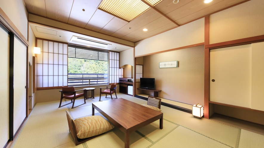 【川側 和室10畳】清流あつみ川を望む川側客室。川のせせらぎが聞こえる風情あるお部屋