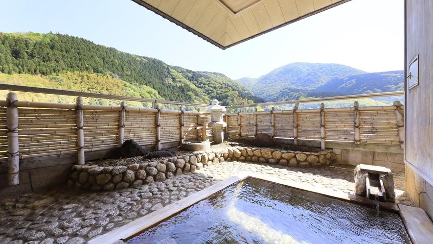 【ロイヤルスイート】鮮やかな自然に抱かれているような癒しをくれる掛け流しの露天風呂