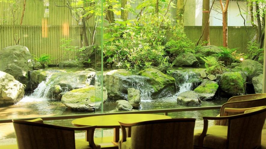 【ロビー】岩と水の織成す見事な庭園がご覧いただけます。
