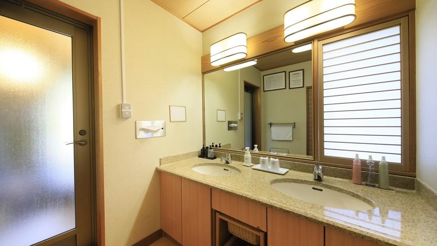 【温泉付 和洋室】洗面台を2つ備え、忙しい朝でもお連れ様と同時に身支度も可能。