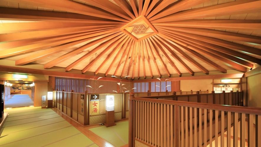 【渡り廊下】3階大浴場へ向かう道はロビーから吹き抜けの解放感のある廊下となっております。