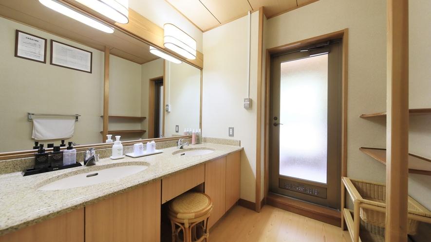 【温泉付 和室12畳】洗面台を2つ備え、忙しい朝でもお連れ様と同時に身支度も可能。