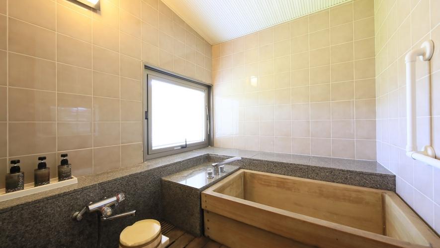 【山側 和洋室】檜の内湯付きで気兼ねなくお風呂をご利用いただけます。