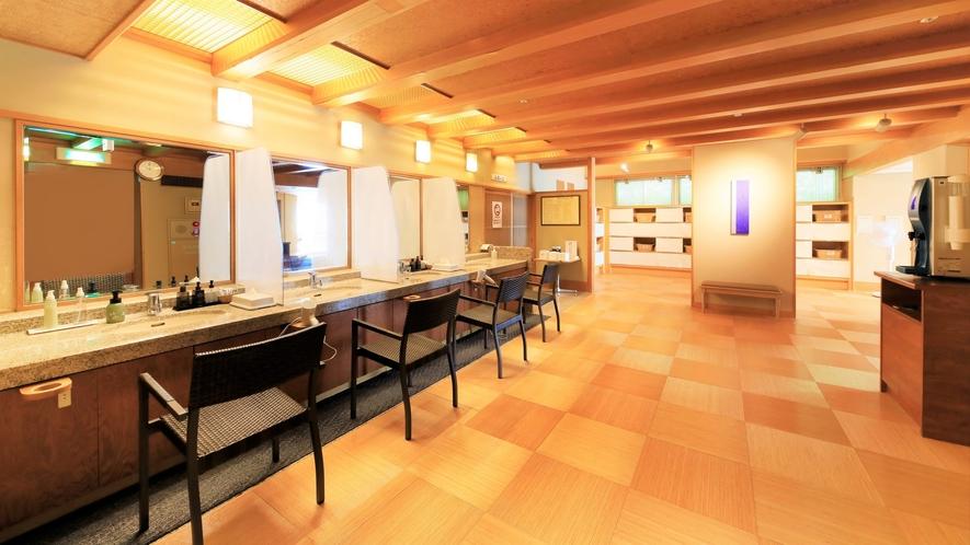 【3階 大浴場・楽山】仕切り付きのゆとりある脱衣所には各種アメニティ類もご用意しております。
