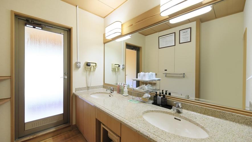 【ジュニアスイート】広々としたパウダールームには洗面台を2つ備え、お連れ様と同時に身支度も可能。