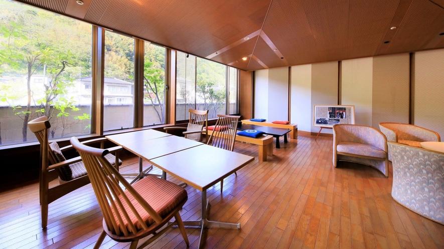 【1階 談話室】無料でコーヒーやドリンク類をセルフサービスでご利用いただけます ※当面の間休止中