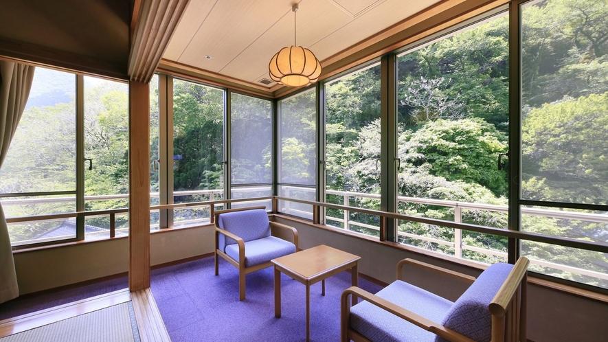 【温泉付 和室12畳】開放感のある大きな窓からは雄大な山の風景をお愉しみいただけます。