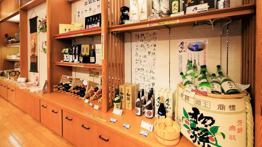 【売店「華篭」】地酒も豊富にご用意。