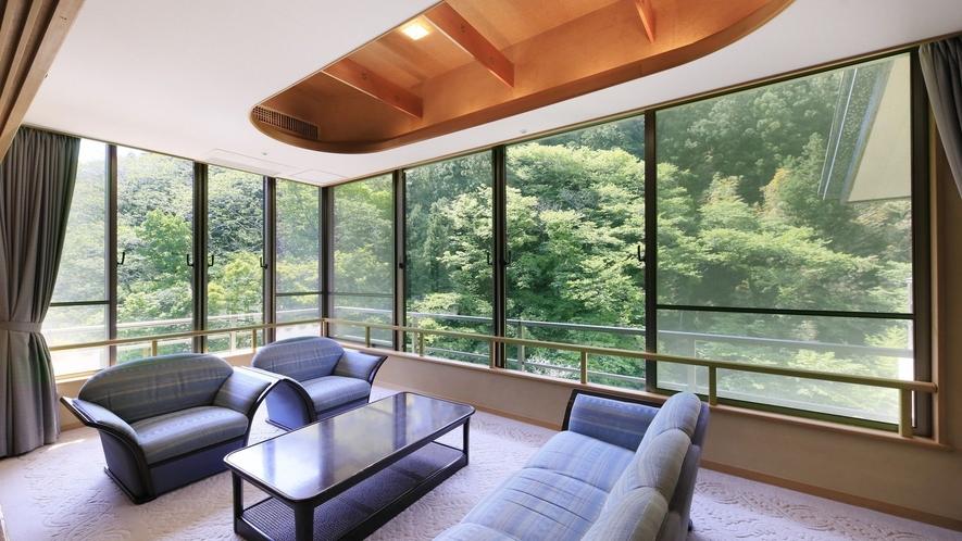 【プレミアムスイート】窓一面に広がる自然を感じながら特別なひとときをお過ごしください。