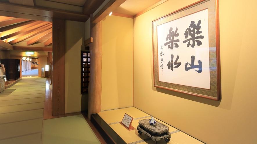 【渡り廊下】3階にある大浴場への入口には昔使われた建材が現在も使用されています。