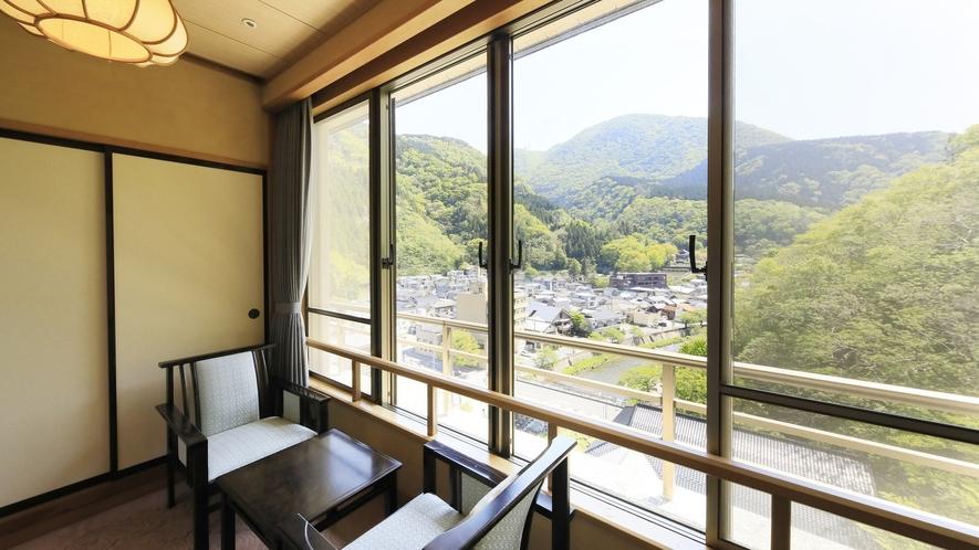 【ジュニアスイート】大きな窓から眺める景色をお愉しみください。