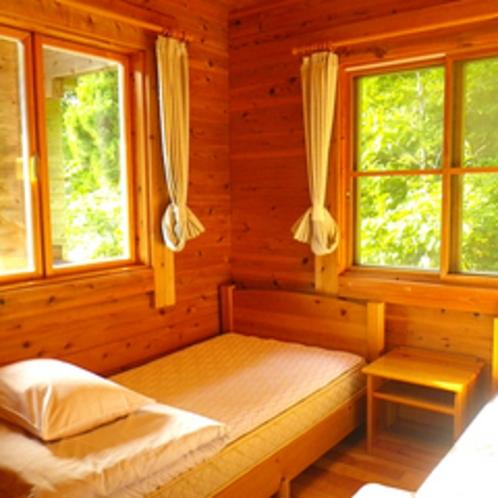 *コテージ(6名棟)一例/清潔感のある寝室