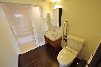 バリアフリーの浴室とトイレ