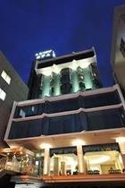ライトアップされたホテルの外観