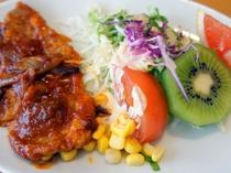 【夕食】北海道名物ポークチャップとサラダ