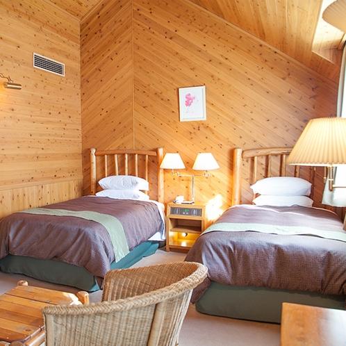 【部屋】デラックスツイン:天然木を天井や壁にあしらった内装は落ち着いた雰囲気に(一例)