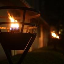 駐車場から玄関に向かう道を灯す篝火