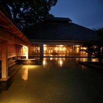 楠湯殿の露天風呂(夜)