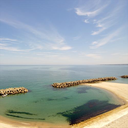 海側客室から日本海沿いを望む