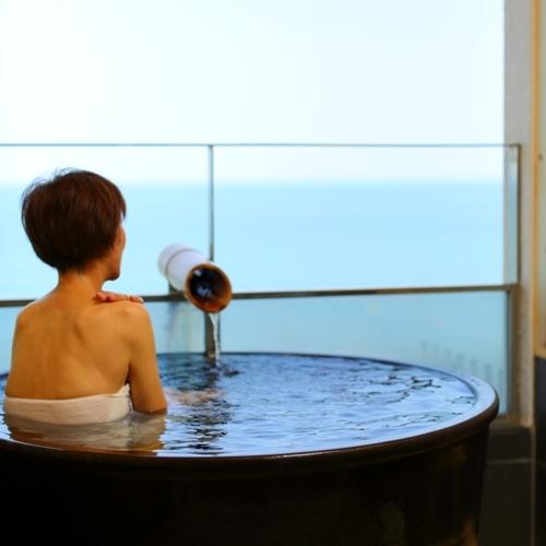 【海側露天付客室一例】絶景を眺めながら、かけ流し青島温泉を陶器のお風呂でご堪能いただけます。