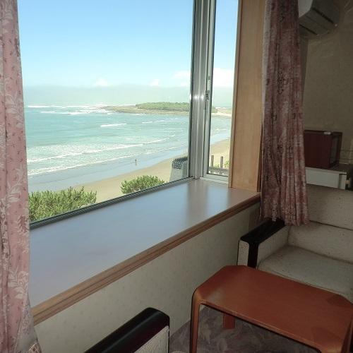 【特別室眺望一例】日向灘、水平線、青島を一望するオーシャンビュー。
