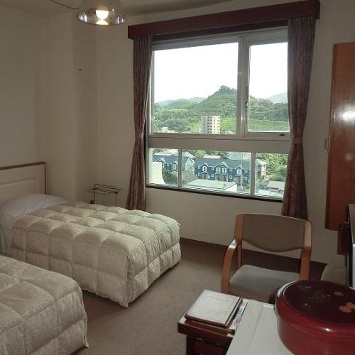 【ゴルフ場側洋室眺望一例】青島の街、山々を一望のマウンテンビュー。