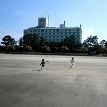 【ホテル外観】裏には砂浜が広がります。