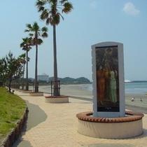 【トロピカルロード】トロピカルロードに建つ石碑は神話伝承を物語ります。