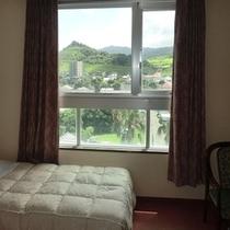 【山側和洋室眺望一例】青島の街並み、山々を眺めるマウンテンビュー。