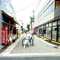 【青島参道商店街・人力車】ホテルより徒歩10分