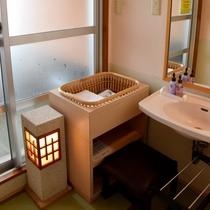 露天風呂付客室の洗面室一例