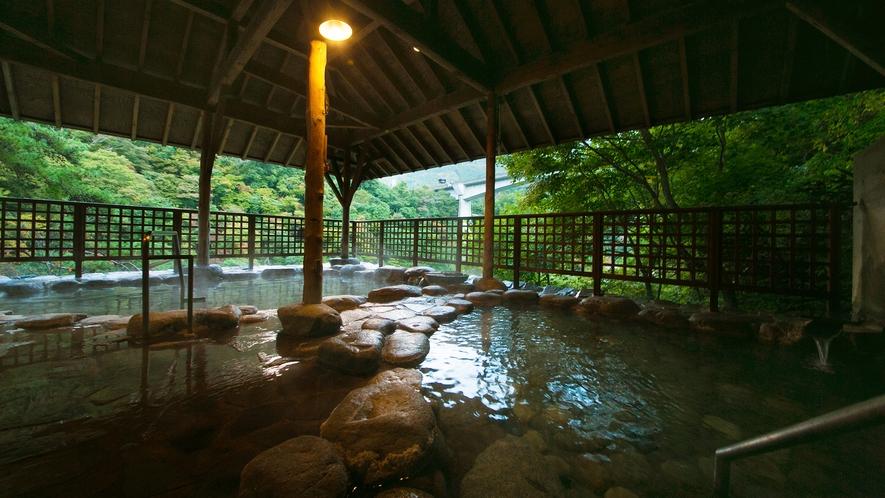 【空中露天風呂】大川の渓谷にせり出す、自然味あふれる湯の贅が実現。