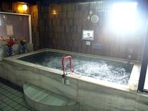 泡のマッサージで疲れをほぐすジャグジー風呂