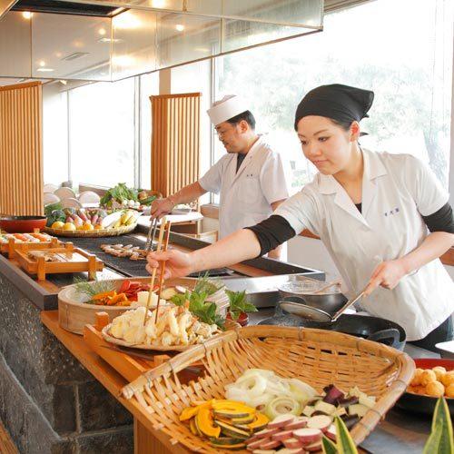 バイキングA(料理人によるパフォーマンスコーナーの一例)