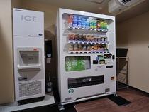 ◆製氷機&自動販売機 2F共用部にてソフトドリンク、アルコール類、水を販売中。