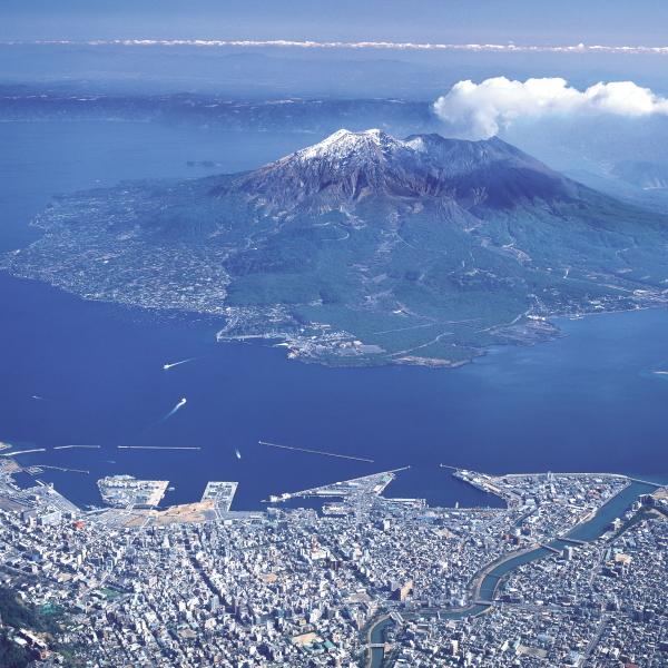 桜島と鹿児島市街地を繋ぐ広大な錦江湾