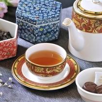食後にチョコレートと紅茶はいかがでしょうか?ティーセットです。