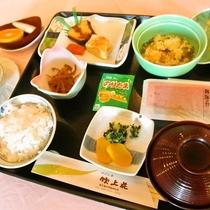 ホテル吹上荘自慢の朝食和定食。季節によって旬の食材を使用しております。