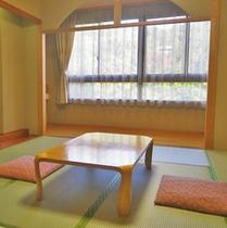 *和室8畳/明るい日差しが差し込むお部屋。のんびりとお過ごしください。