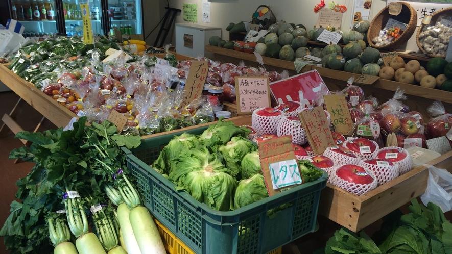 *かたしなや(直売所)/トマトやレタスなど、新鮮な朝採り野菜が販売されています。